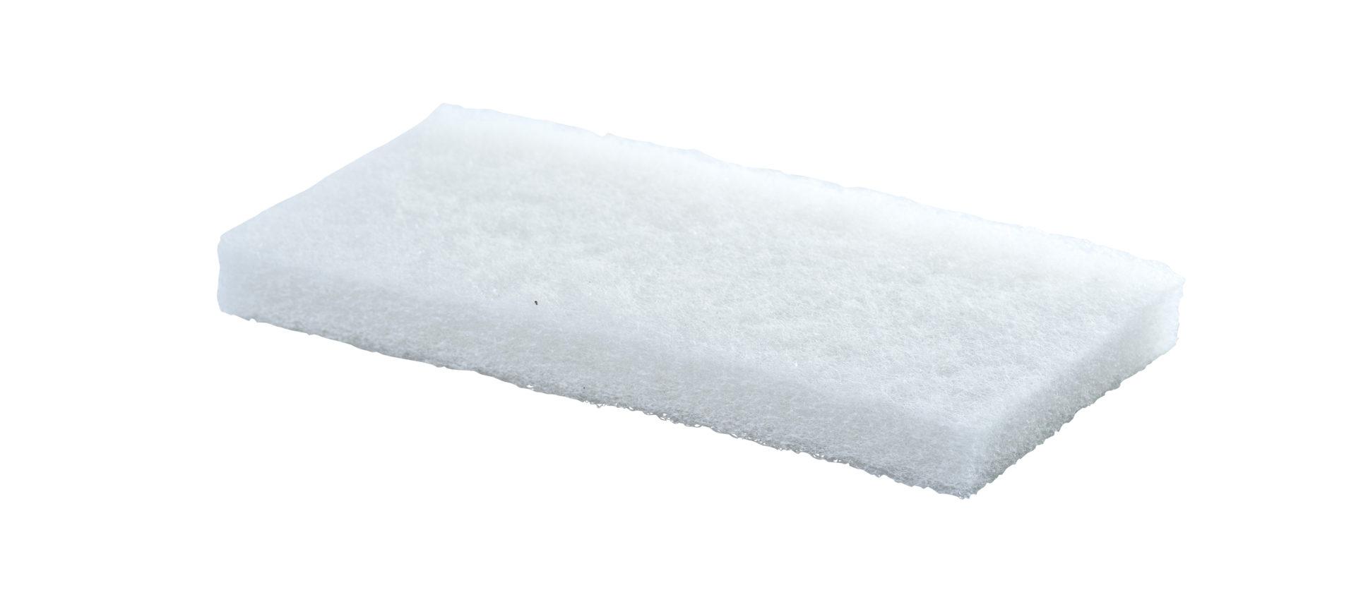 Ce feutre blanc à la densité peu abrasive ne creuse pas les joints epoxy et ne raye pas les carreaux.